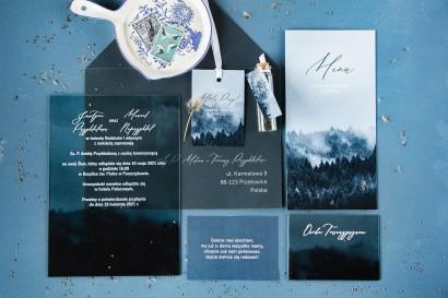 Leśne zaproszenia ślubne na szkle. Zaproszenia ślubne z białą czcionką i grafiką lasu