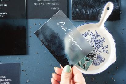 Leśne Winietki ślubne na szkle z białą czcionką i grafiką lasu.