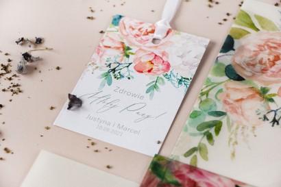 Zawieszki na butelki weselne z piwonią zainspirowane kwiatowym motywem