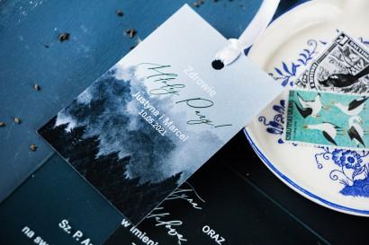 Leśne Zawieszki na butelki weselne z białą czcionką i grafiką lasu