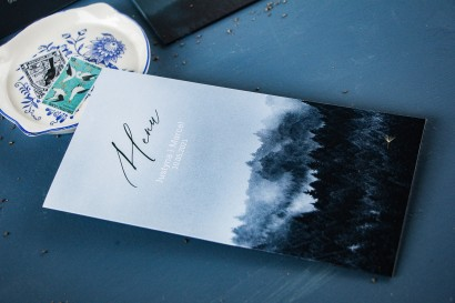 Leśne Menu ślubne na stół weselny z białą czcionką i grafiką lasu.