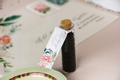 Podziękowania dla Gości w postaci buteleczek z herbatą. Przywieszka z piwonią zainspirowane kwiatowym motywem