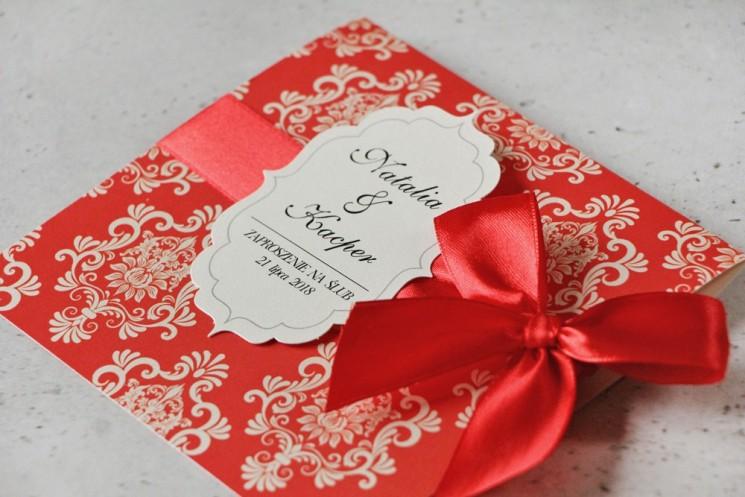 Zaproszenie ślubne perłowe z kokardką- Ornament nr 8 -Klasyczna czerwień na kremowym papierze, z ornamentami