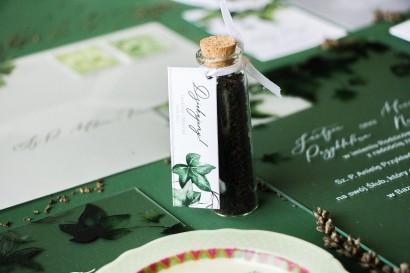 Podziękowania dla Gości w postaci buteleczek z herbatą. Buteleczka z herbatą liściastą, przywieszka z bluszczem w stylu greenery