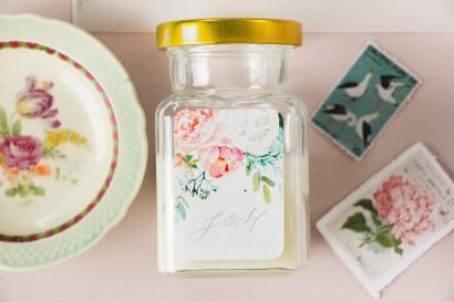 Świeczki ślubne - Podziękowania dla gości weselnych, etykieta z piwonią zainspirowane kwiatowym motywem