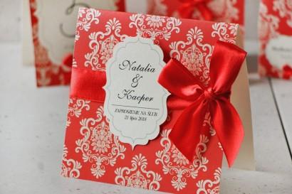 Zaproszenie ślubne perłowe z kokardką- Ornament nr 8 -Klasyczna czerwień na kremowym papierze, eleganckie z ornamentami