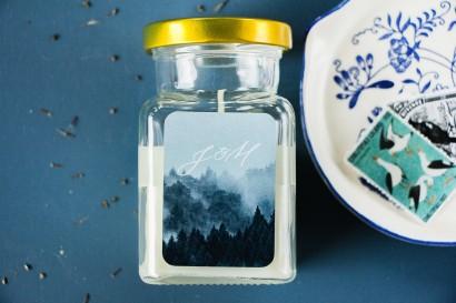 Świeczki ślubne - Podziękowania dla gości weselnych, etykieta z białą czcionką i grafiką lasu
