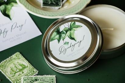 Świeczki Ślubne okrągłe jako Podziękowania dla Gości. Etykieta z bluszczem w stylu greenery