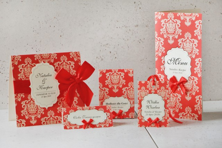 Zaproszenie ślubne z dodatkami - Ornament nr 8 - Klasyczna czerwień na kremowym papierze perłowym, z kokardą