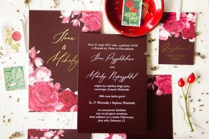 Burgundowe zaproszenia ślubne w etui ze złoconą czcionką. Eleganckie zaproszenia ze złoconymi detalami