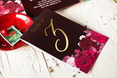 Burgundowe Numery stolików weselnych ze złoceniami i kwiatowym motywem