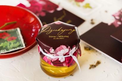 Słoiczek z miodem - słodkie podziękowanie dla gości weselnych. Burgundowy kapturek ze złoceniami i kwiatowym motywem.