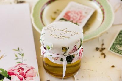 Słoiczek z miodem - słodkie podziękowanie dla gości weselnych. Pastelowy kapturek z piwoniami oraz złoceniami
