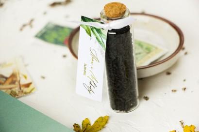 Podziękowania dla Gości w postaci buteleczek z herbatą. Botaniczna przywieszka w stylu vintage z roślinną grafiką i złoceniem