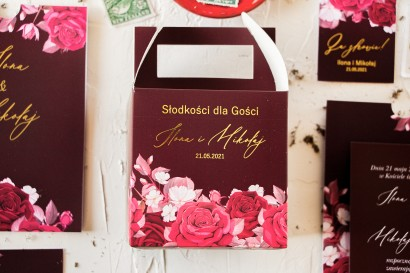 Burgundowe pudełko na ciasto weselne (kwadratowe) ze złoceniami i kwiatowym motywem