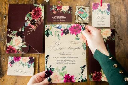 Drewniane zaproszenia ślubne w burgundowym kolorze. Na zaproszeniach delikatne różowe róże oraz piwonie