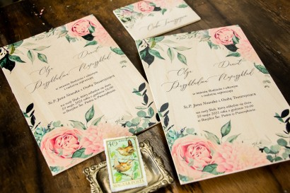 Eleganckie zaproszenia ślubne w stylu boho na drewnie. Zaproszenia utrzymane w pastelowej, różowej barwie