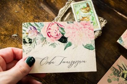 Winietki ślubne na drewnie w stylu boho utrzymane w pastelowej, różowej barwie z delikatnymi piwoniami i gałązkami