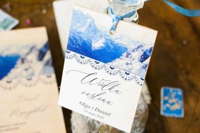 Zawieszki ślubne na butelki weselne na drewnie motywem gór. Zawieszki na górskie wesele i dla miłośników górskich widoków