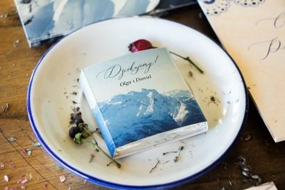 Podziękowanie dla gości weselnych w postaci mlecznej czekoladki, owijka z motywem gór