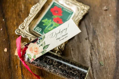 Podziękowania dla Gości w postaci buteleczek z herbatą, przywieszka z delikatnymi różowymi różami oraz piwoniami