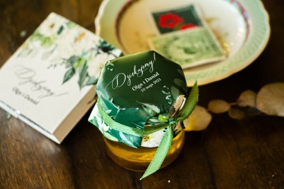 Miody Ślubne to słodkie podziękowania dla Gości Wselnych. Kapturek w kolorze butelkowej zieleni