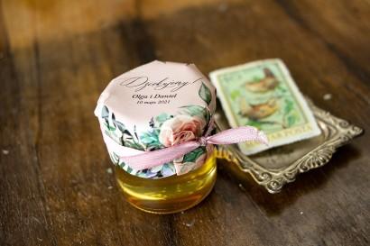 Miody Ślubne to słodkie podziękowania dla Gości Wselnych. Kapturek w stylu boho utrzymane w pastelowej, różowej barwie