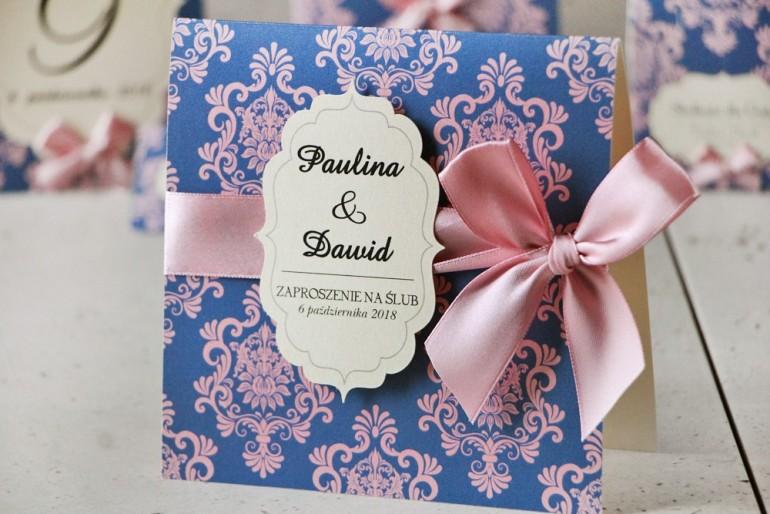 Zaproszenie ślubne perłowe z kokardką- Ornament nr 10 - Róż z kontrastującym niebieskim tłem, eleganckie ornamenty