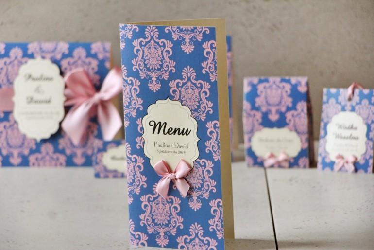 Menu weselne, stół weselny - Ornament nr 10 - Papier perłowy z kokardką, kontrastujący róż z niebieskim