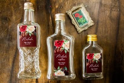 Ślubne Butelki na nalewki - Podziękowania dla Gości. Etykieta w burgundowym kolorze z delikatnymi różowymi różami