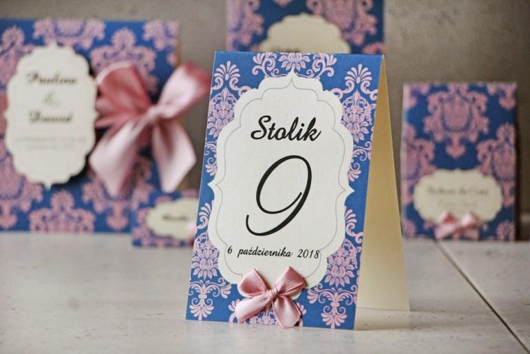 Numery stolików, stół weselny, ślub - Ornament nr 10 - Różowo-chabrowe ornamenty z kokardką, papier kremowy