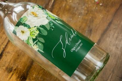 Ślubne Etykiety samoprzylepne na butelki weselne w kolorze butelkowej zieleni z dodatkiem białych kwiatów