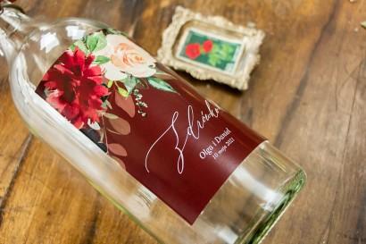 Ślubne Etykiety samoprzylepne na butelki weselne w burgundowym kolorze z delikatnymi różowymi różami oraz piwoniami