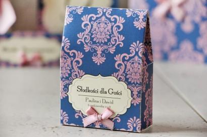 Pudełeczko stojące na cukierki, podziękowania dla Gości weselnych - Ornament nr 10 - Chabrowo-różowe ornamenty z kokardką