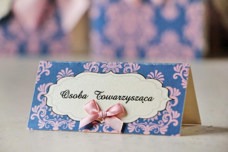 Winietki na stół weselny, ślub - Ornament nr 10 - Różowo-chabrowe z kokardką