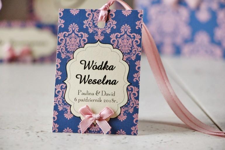 Zawieszka na butelkę, wódka weselna, ślub - Ornament nr 10 - Różowo-chabrowe ornamenty z kokardką, papier perłowy
