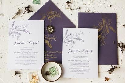 Zaproszenia ślubne z motywem lawendy. Do zaproszeń dołączona jest elegancka, fioletowa koperta ze złotymi gałązkami lawendy