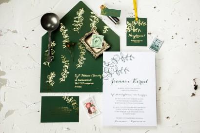 Bilecik do zaproszeń ślubnych ze złoceniem w kolorze butelkowej zieleni z eukaliptusem