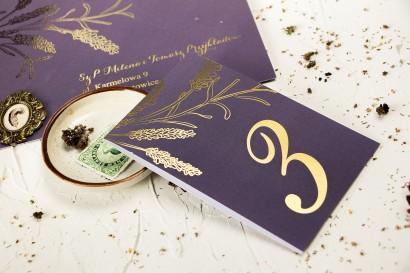 Fioletowe Numery stolików weselnych ze złoceniem z motywem lawendy
