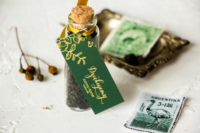 Prezenty dla Gości w postaci buteleczek z herbatą. Przywieszka ze złoceniami w kolorze butelkowej zieleni