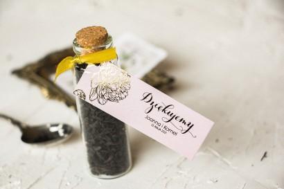 Prezenty dla Gości w postaci buteleczek z herbatą. Pastlowe przywieszka ze złoceniami z motywem piwonii