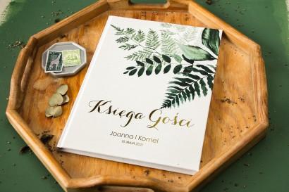 Weselna Księga Gości ze złoceniami oraz z botanicznym motywem. Księga z paprocią i zielonymi gałązkami