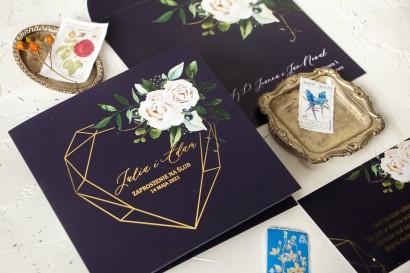 Granatowe zaproszenia ślubne z motywem geometrycznego, złotego serca i białych kwiatów