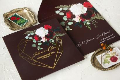 Burgundowe zaproszenia ślubne ze złotym, geometrycznym sercem.