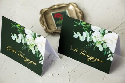 Kwiatowe Winietki Ślubne ze złoceniami, w kolorze butelkowej zieleni z dodatkiem białych piwonii, dalii i hortensji