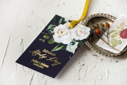 Ślubne Zawieszki na butelki na alkohol ze złoceniami, w kolorze granatowym oraz z białymi kwiatami