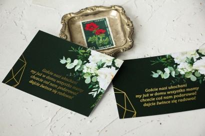 Bilecik do zaproszeń ślubnych ze złoceniami w kolorze butelkowej zieleni z dodatkiem białych piwonii