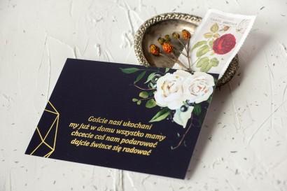 Bilecik do zaproszeń ślubnych ze złoceniami, w kolorze granatowym oraz z białymi kwiatami