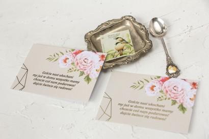 Kremowy Bilecik do zaproszeń ślubnych ze złoceniami i z bukietem pastelowych kwiatów.