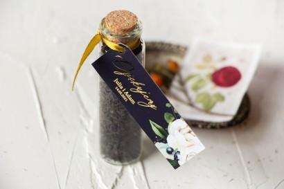 Podziękowania dla Gości w postaci buteleczek z herbatą. Przywieszka ze złoceniami, w kolorze granatowym